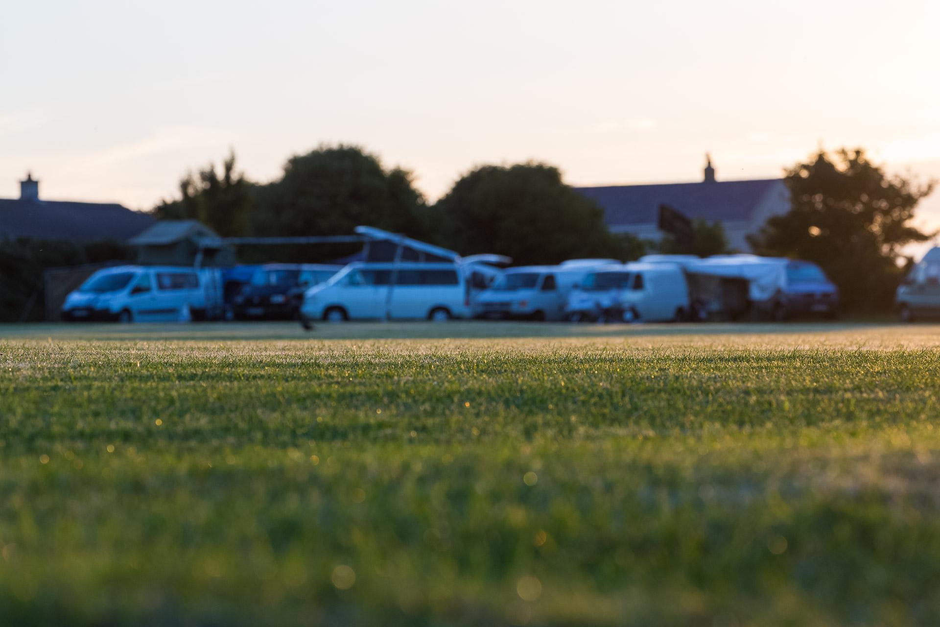Die AWO Wagenburg am Fußballplatz von Kirk Michael.