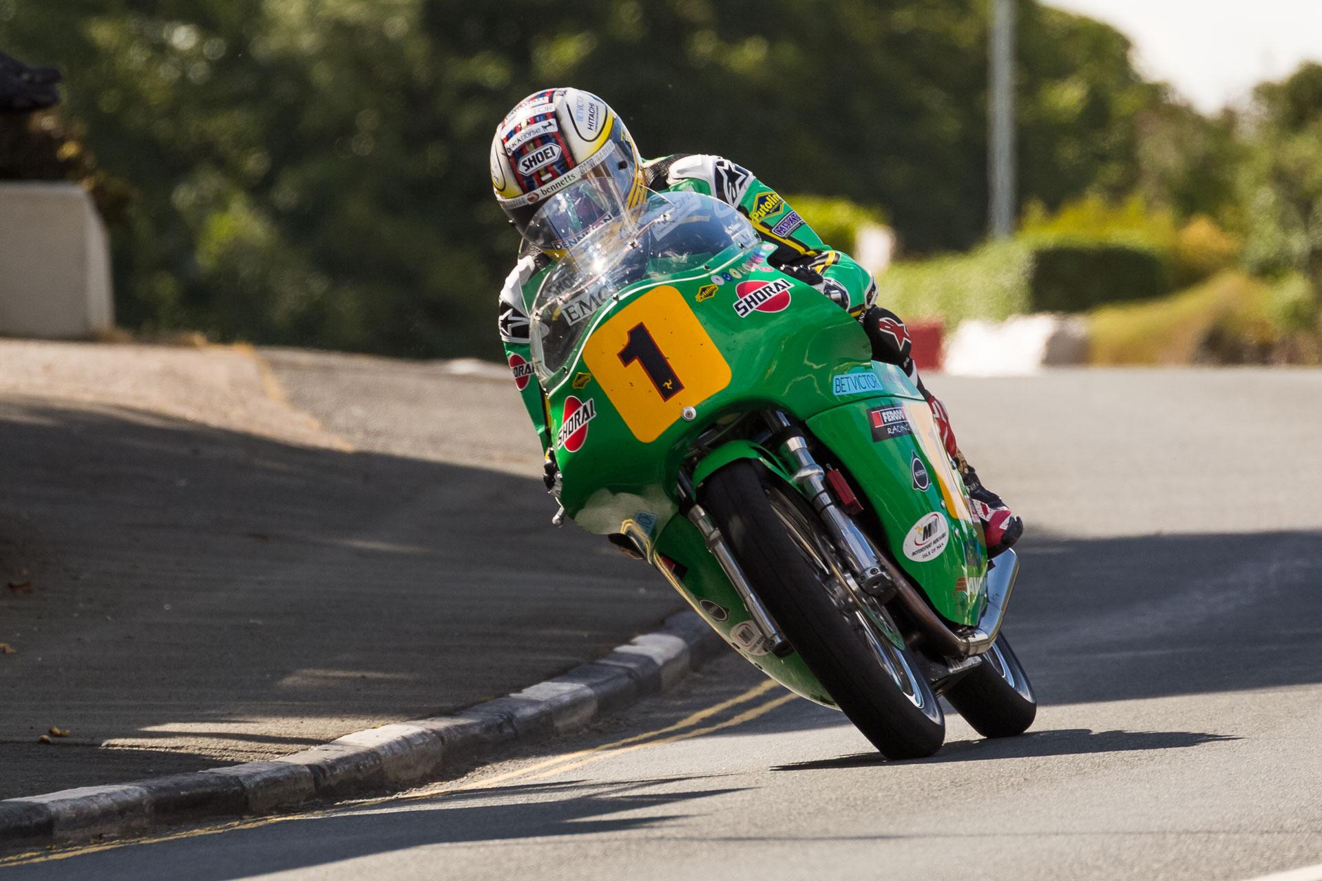 John McGuinness auf seiner 500er Paton während der ersten Runde durch Kirk Michael. Foto: Krause/MotorPhoto.de