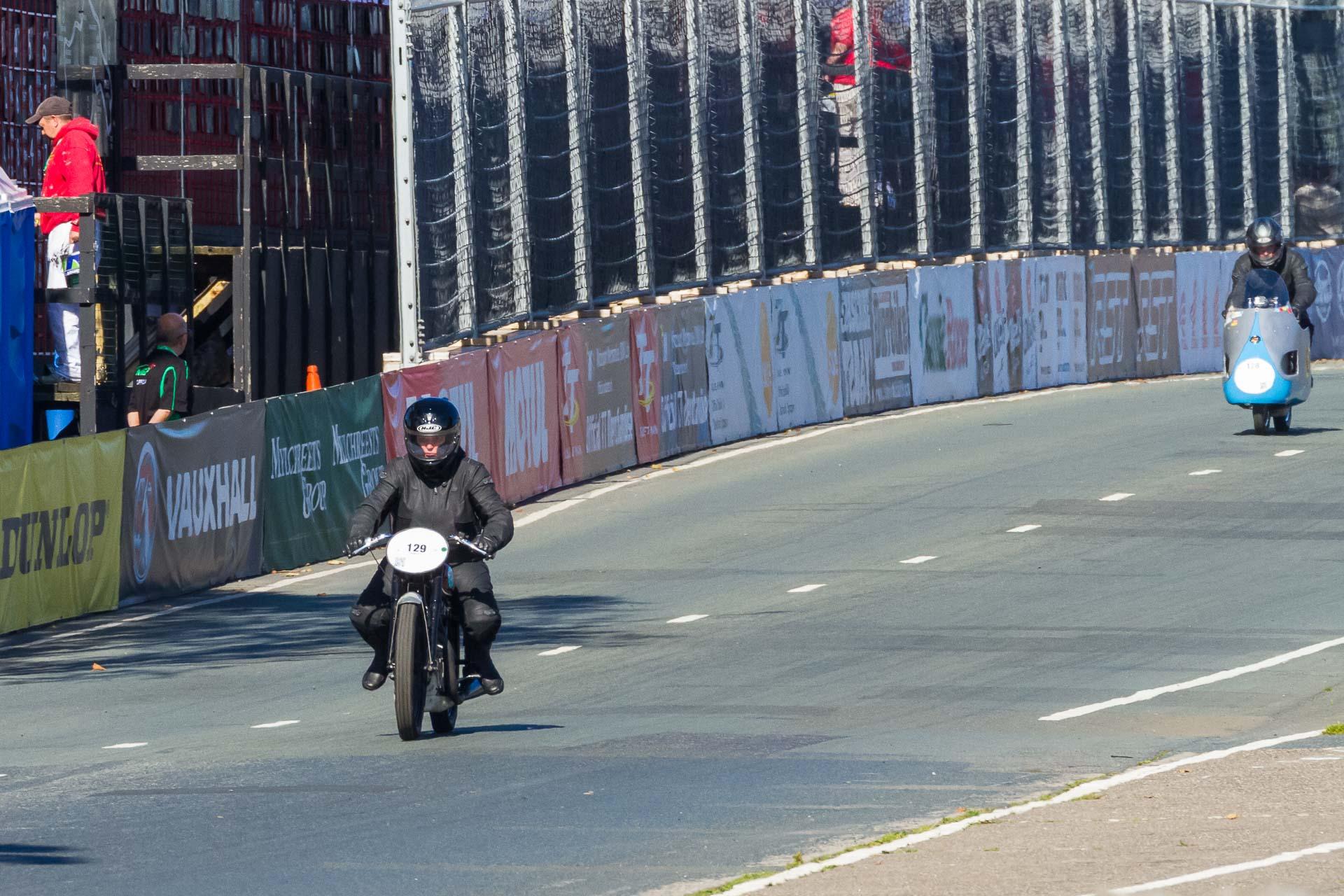 Simone auf der AWO R 425 beim Start zur Classic TT Lap of Honour. Foto: Krause/MotorPhoto.de