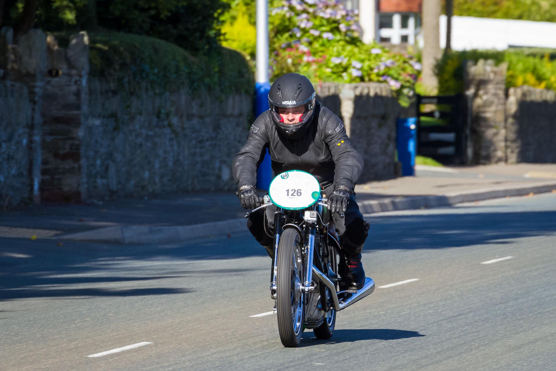 Jens auf der AWO RS 250/1 kurz vor dem Ziel in Douglas. Foto: Krause/MotorPhoto.de